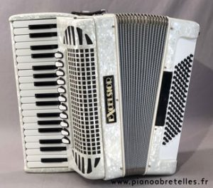 LE PIANO A BRETELLES